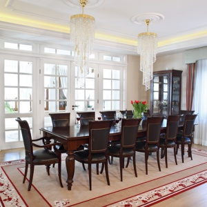 Wystrój jadalni nawiązuje do staropolskiej tradycji. Godne miejsce dla siebie znalazł tu ogromny, drewniany stół o długości 3,5 m o klasycznych kształtach zestawiony z tapicerowanymi krzesłami. Fot. Monika Filipiuk-Obałek.
