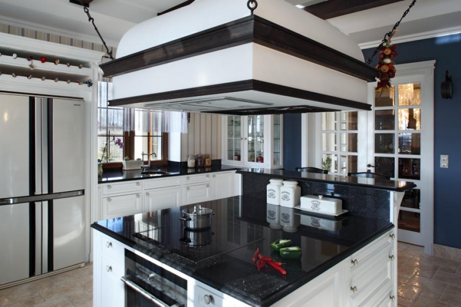 Centrum kuchni stanowi funkcjonalna wyspa: strefa przygotowywania posiłków oraz gotowania i pieczenia. Wyposażona w płytę grzejną oraz piekarnik (Samsung); wbudowany w appendierę okap meblowy z oferty Faber. Fot. Monika Filipiuk-Obałek.