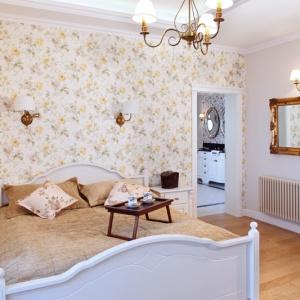 Salonik kąpielowy znajduje się przy sypialni pani i pana domu. Oba pomieszczenia stanowią  stylistyczną całość, co podkreślą  m.in. tapety z motywem  kwiatowym, lustra w bogato zdobionych ramach, oświetlenie. Fot. Monika Filipiuk-Obałek.