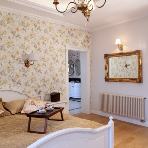 Przy sypialni właścicieli znajduje się ich prywatny salonik kąpielowy z wygodną wanną oraz prysznicem. Fot. Monika Filipiuk-Obałek.