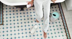 Idealny kosz łazienkowy na śmieci powinien mieć maskującą pokrywę, być niewielki (maks. 6 l) i łatwy do czyszczenia. Zobacz, jak różne mogą być wzory oraz mechanizmy otwierania.