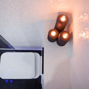 Zarówno źródła światła LED, jak też światło świec wydobywają urzekający blask szkliwionej powierzchni okładziny. Fot. Marta i Michał Rudiak.