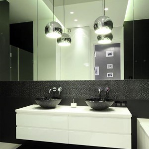 Ogólnodostępna łazienka jest na tyle duża, że bez większego problemu zmieściły się w niej dwie umywalki, wygodna wanna i równie wygodny prysznic. Tu także dominuje prostota, ale w jakże eleganckiej formie! Fot. Bartosz Jarosz.