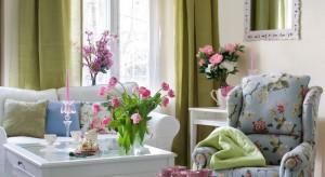 Kwiaty potrafią ożywić zamkniętą przestrzeń i wprowadzić do wnętrza wiosnę. Rośliny w donicach i wazonach zbliżają nas do natury, zaś wzory florystyczne na zasłonach, tapetach, poduszkach czynią miejsce ciepłym i przytulnym. Ale jak łącz