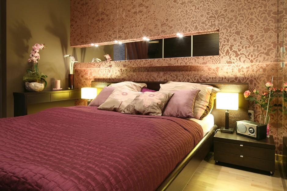 Sypialnia to kobieca enklawa. Świadczy o tym zarówno intymna, ciepła kolorystyka, jak i zastosowane wyposażenie. Fot. Bartosz Jarosz.