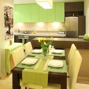 Miejsce na jadalnię wydzielono w przestrzeni salonu. Zmieścił się w niej rodzinny stół z krzesłami, kolorystycznie dopasowany do całej strefy dziennej. Fot. Bartosz Jarosz.