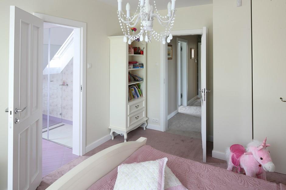 Królestwo pięciolatki: sypialnię wypełniają przedmioty w jej ulubionym, różowym kolorze, który wybrała także do łazienki. Fot. Bartosz Jarosz.