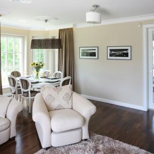 Biały, drewniany stół w komplecie z tapicerowanymi krzesłami (Meblonowak) stanowią wyposażenie stylowej jadalni. Fot. Bartosz Jarosz.