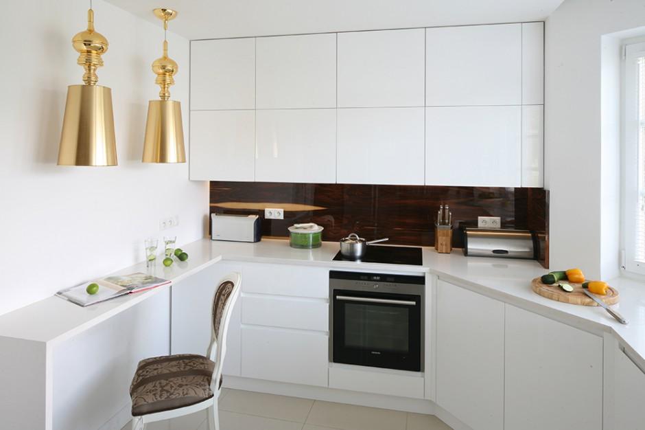 Przedłużenie blatu Biała kuchnia ze złotymi dodatkami