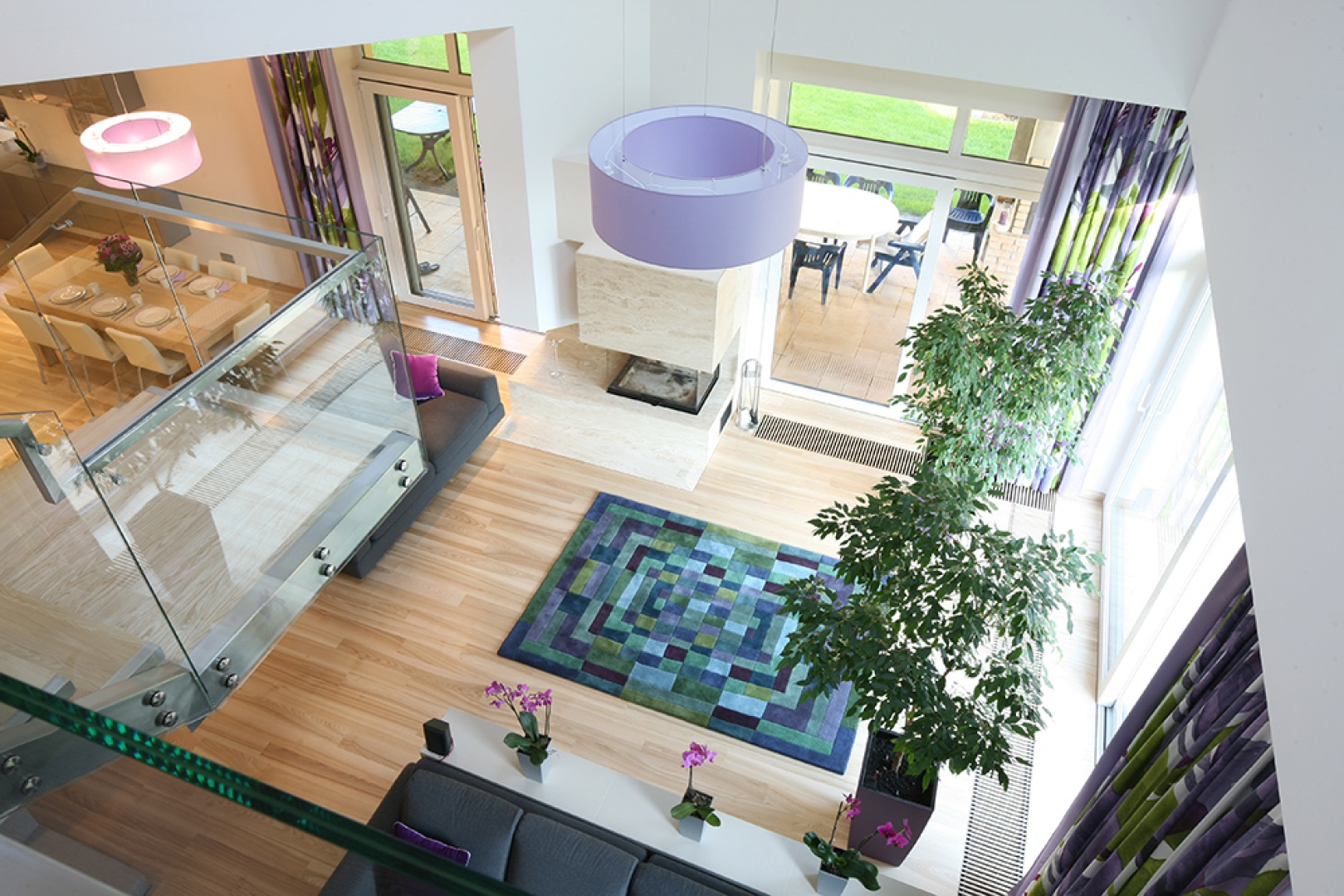 Salon ma ponad sześć metrów wysokości w najwyższym punkcie. Dzięki temu wnętrze zachwyca przestronnością, dając poczucie totalnej swobody. Fot. Bartosz Jarosz.