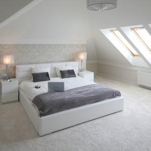 Sypialnia jest bardziej intymna, ciepła, z dodatkiem elementów w stylu glamour, jak chociażby tapeta zdobiąca ścianę nad łóżkiem czy oświetlenie. Fot. Bartosz Jarosz.