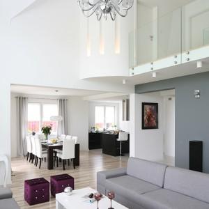 Salon, będący centralnym punktem przestrzeni i jego najbardziej reprezentacyjną częścią, płynnie przechodzi w strefę przeznaczoną na jadalnią, a ta następnie w kuchenną. Fot. Bartosz Jarosz.