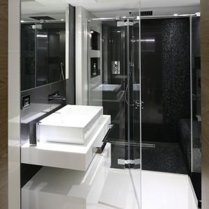Kabina prysznicowa jest na tyle obszerna, że zmieściło się w niej wygodne siedzisko wykończone czarną błyszczącą mozaiką... Fot. Bartosz Jarosz.