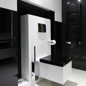 Czarno-biała kolorystyka zastosowana w łazience nadaje jej eleganckiego charakteru, a połączenie płytek gresowych w dużym formacie z drobną mozaiką tylko jeszcze potęguje ten efekt. Fot. Bartosz Jarosz.