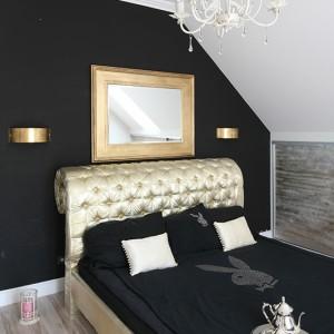 Na czarnej ścianie wyśmienicie prezentuje się lustro w masywnej, złotej ramie (Almi Décor) oraz proste w formie kinkiety. Fot. Bartosz Jarosz.