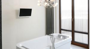 Formę wanny, umywalki, a nawet konkretny model oświetlenia do wymarzonego salonu kąpielowego wskazała pani domu, nadając tym samym kierunek dla całego projektu wnętrza. Teraz, gdy przybrał on realny kształt, można zrelaksować się w kąpieli i