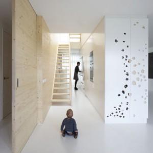 Za przesuwnymi drzwiami znajduje się korytarz z jedynym wejściem do mieszkania oraz łazienki dla gości. – Właściciele mają tam też schowek, w którym przechowują słoiki z jedzeniem i ziołami – zdradza Jaspar Jansen. Fot. i29 l interior architects.