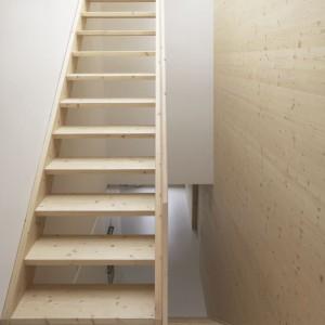 Schody zaprojektowano tak, by połączyć oddzielone dotąd dwa poziomy mieszkania. Można nimi dostać się zarówno na piętro, gdzie są sypialnie gospodarzy, jak i na taras na dachu budynku. Fot. i29 l interior architects.
