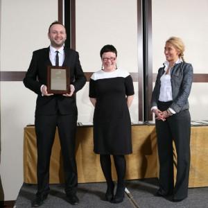 jakub Zajdel, przedstawiciel marki Meble Wójcik z nagrodą za kolekcję mebli Linate.