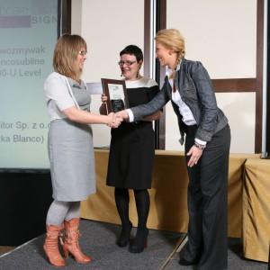 Edyta Pietruszkiewicz, przedstawicielka firmy Comitor odbiera nagrodę za zlewozmywak Blancosubline 700-U Level.