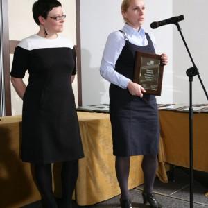 Joanna Dec- Galuk, przedstawicielka marki Roca z nagrodą za umywalkę Amberes.
