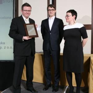 Wojciech Siejek, dyrektor handlowy firmy Riho z nagrodą za wannę Barcelona.