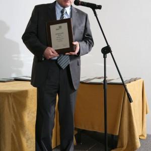 Zbigniew Staniewski, prezes zarządu firmy Noclaf odebrał nagrodę za meble łazienkowe z kolekcji SA-14