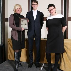 Agnieszka Bielenis, dyrektor handlowy w firmie Aquatec odebrała nagrodę za panel prysznicowy Woodline.