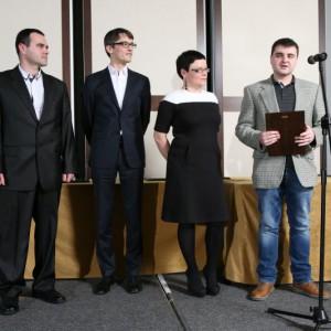 Kamil i Paweł Szywacz z firmy 3Road z nagrodą za włącznik światła Kostka.
