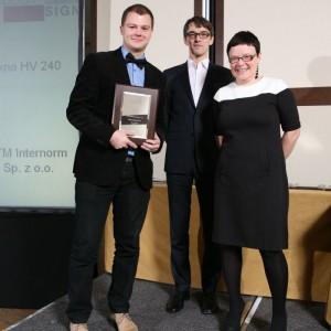 Karol Niespodziewański z firmy IFTM Internorm odbiera nagrodą za okno HV 240.