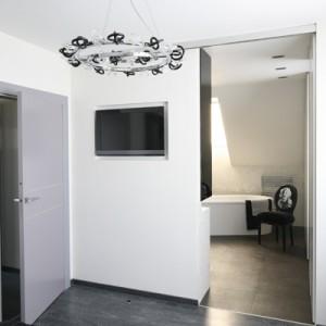 Salon kąpielowy to jednocześnie garderoba bezpośrednio połączona z sypialnią państwa domu. Urządzone są w tej samej tonacji  kolorystycznej. Fot. Bartosz Jarosz.