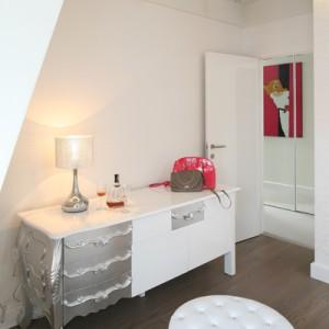 W sypialni poza niewielką komodą nie ma żadnych szaf ani szafeczek. Dzięki temu niewielkie pomieszczenie jest bardziej przestronne i klarowne. Fot. Bartosz Jarosz.
