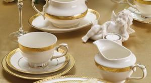 Szukasz pomysłu na odświętną dekorację stołu? Postaw na szlachetny błysk złota. W połączeniu z elegancką bielą sprawi, że stół rozbłyśnie jak zimowe gwiazdy