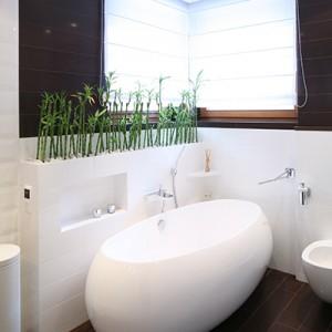 W łazience całą uwagę skupiają okrągłe formy ceramiki sanitarnej, a przede wszystkim duża, owalna wanna. Fot. Bartosz Jarosz.