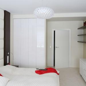 Mimo, iż na piętrze znajduje się przestronna garderoba, właściciele nie chcieli zrezygnować z dodatkowej zabudowy w sypialni. Znajdują się tu także dodatkowe szafki i półki na bibeloty czy rodzinne pamiątki. Fot. Bartosz Jarosz.