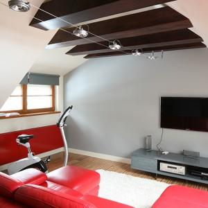 Czerwień zdominowała pokój na półpiętrze. Jej mocny, energetyczny wydźwięk doskonale pasuje do charakteru tego pomieszczenia,  przeznaczonego głównie do rodzinnych rozrywek. Fot. Bartosz Jarosz.
