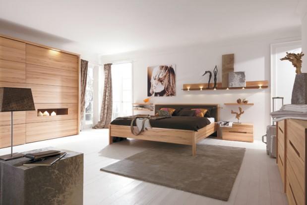 Salon z łózkiem z drewna dębowego, meble.