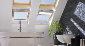 Nie każde okno dachowe zda egzamin w łazience. Pierwszy i podstawowy warunek – musi być odporne na wilgoć. Dotyczy to zarówno okien drewnianych, jaki i tych wykonanych z PVC