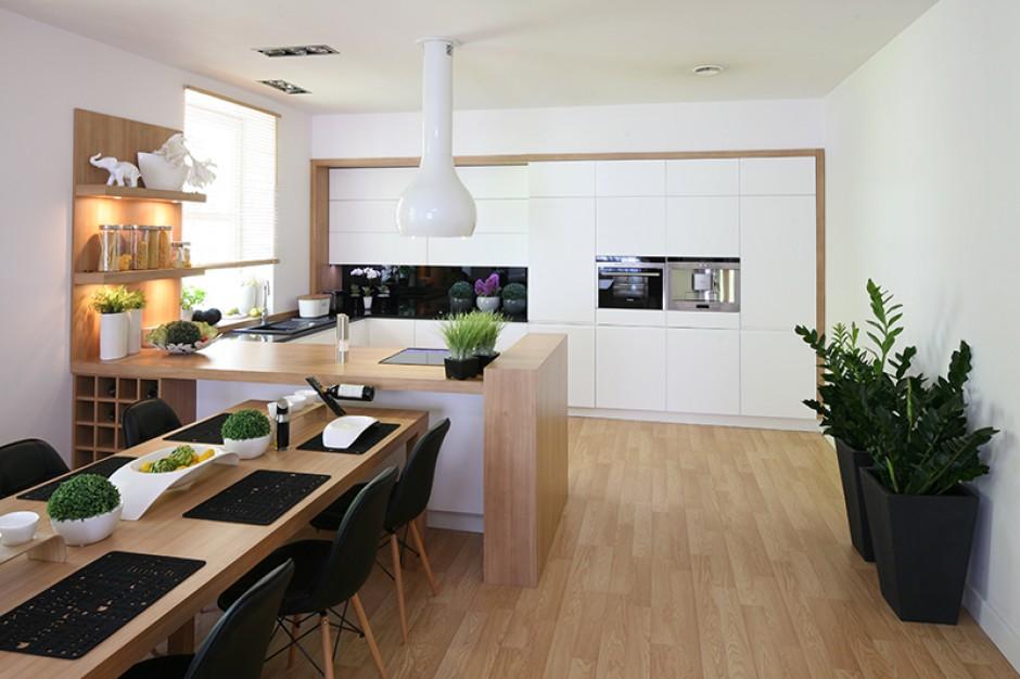 Kuchnia jest jasna, Białe meble kuchenne w duecie z drewnem