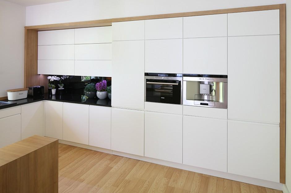 W wysokiej zabudowie Białe meble kuchenne w duecie z   -> Kuchnia Wolnostojąca Siemens
