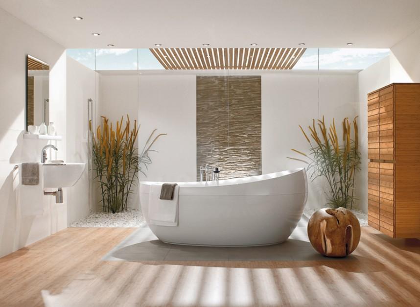 Łazienka z wiszącą umywalką, lustrem.