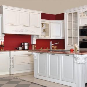 Kuchnia 9 – stylowa i wytworna, z licznymi elementami dekoracyjnymi (rzeźbienia, pilastry); fronty meblowe wykonane z drewna, barwione na kolor biały; proj. i aranżacja www.gama-max.pl. Wycena indywidualna, Stabart.