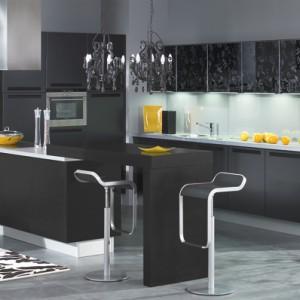 Bianca Czarna – ultranowoczesne meble kuchenne, proste, bez zdobień; fronty dolne lakierowane, górne – szkło ze wzorem. Wycena indywidualna, Atlas Meble Kuchenne.