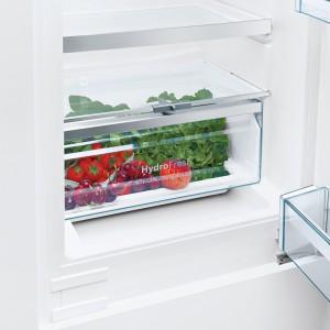 Szuflada HydroFresh ma suwak służący do wyznaczania optymalnego poziomu wilgotności w jej wnętrzu. Dzięki temu np. jabłka zachowują świeżość do 120 dni (w zwykłych szufladach do 50 dni). Rozwiązanie dostępne w chłodziarko-zamrażarkach z nowej kolekcji SmartCool marki Bosch. Cena: ok. 3.349-3.599 zł, Bosch.