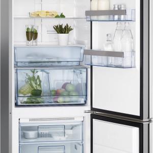 Specjalna szuflada na mięso i ryby zapewnia maksymalną higienę podczas przechowywania oraz przedłuża świeżość produktów. W lodówce S83600CMM0 (z oświetleniem LED) marki AEG jest ona wyposażona w funkcję szybkiego obniżania temperatury. Na balkonikach - modne aplikacje w metalicznym kolorze, a wewnątrz komory - półka na butelki. Cena: ok. 4.476,34 zł, AEG.