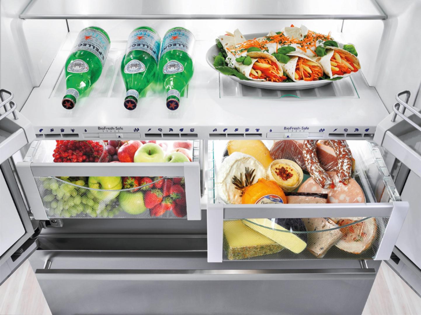 W strefie zero stopni przechowuje się produkty w maksymalnie niskiej temperaturze bez zamrażania. W większości lodówek to pojedyncza szuflada. Najbardziej zaawansowane modele mają ich dwie - oddzielne na mięso, ryby i na biało raz warzywa i owoce. W każdej jest inna temperatura i wilgotność. Na zdjęciu: chłodziarko-zamrażarka CBNes 6256 Liebherr z szufladami na prowadnicach  teleskopowych. Cena: ok. 17.399 zł, AGED.