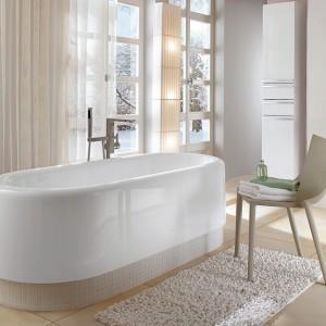 Nexion – z Quarylu, wolno stojąca. Możliwość wykończenia podestu obudowy np. mozaiką oraz wyposażenia wanny w hydromasaż. Do wyboru są dwa odcienie bieli, wym. 180x80 cm. Cena: ok. 13.000 zł, Villeroy&Boch.