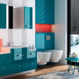 Venezia to meble łazienkowe o prostej, eleganckiej formie. Wykonane w wysokim standardzie – na białym korpusie i z frontami lakierowanymi w kolorze morskim. Cena: ok. 2.259 zł, Stolkar.