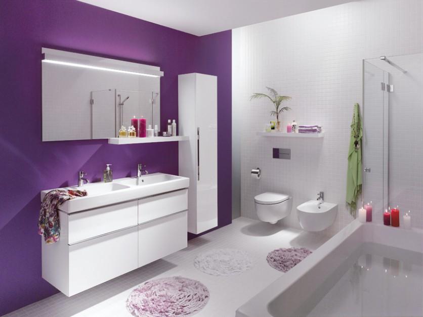 Fioletowa łazienka meblami, lustro, bidet, sedes.