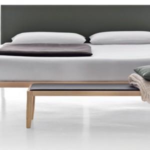 Minimalistyczne łóżko Life marki włoskiej marki Cinova jest wykonane z drewna jesionowego. Zagłówek to tkanina w 100% bawełniana. Na zamówienie, Cinova/Square Space.